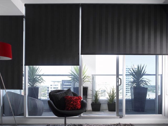 https://www.westcoastblindswa.com/wp-content/uploads/2019/12/black-roller-blinds-640x480.jpg